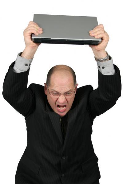 Wściekły mężczyzna z laptopem